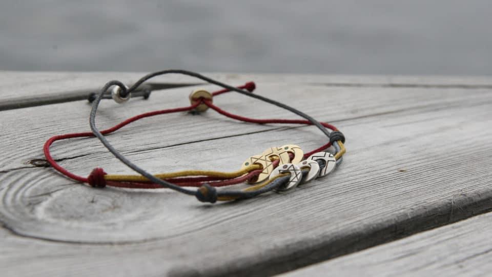 Coexista smykker på treverk