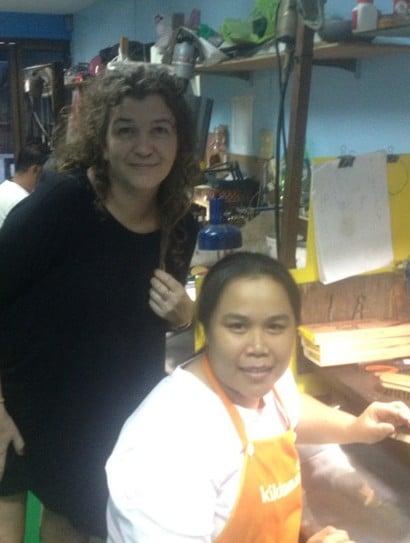 Smykkeforhandler med fabrikkarbeider