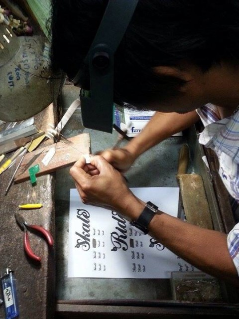 The jewelry workers at Joe´s factory are skilled and have many years of experience.